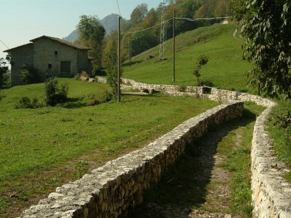 Bergamo circular walking tour in Italy