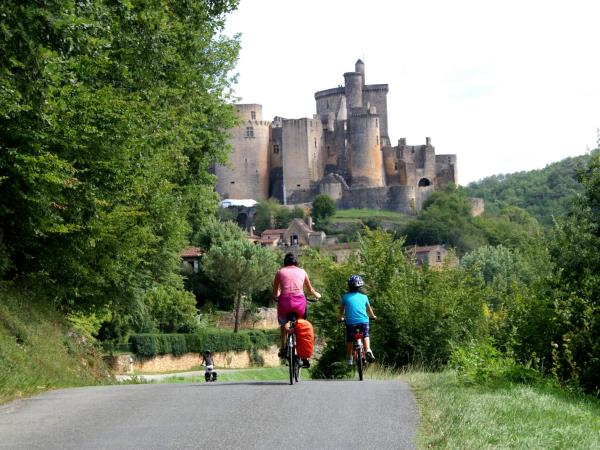 France family cycling tour along River Lot
