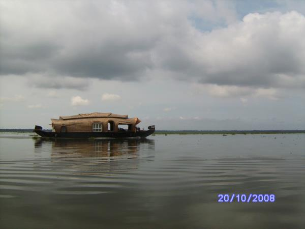 Backwaters of Kerala, spice gardens & beach holiday