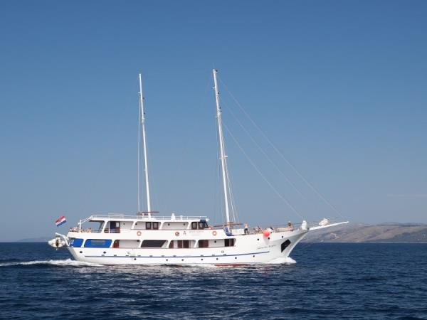 Island hopping cruise in Northern Croatia