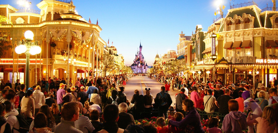 Image of an Extremely busy street at Disneyland Paris