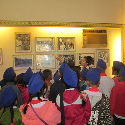 Guide showing photographs to children